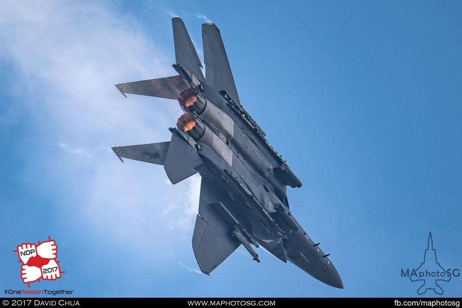 RSAF NDP 2017: Solo F-15SG Strike Eagle performing high G turn