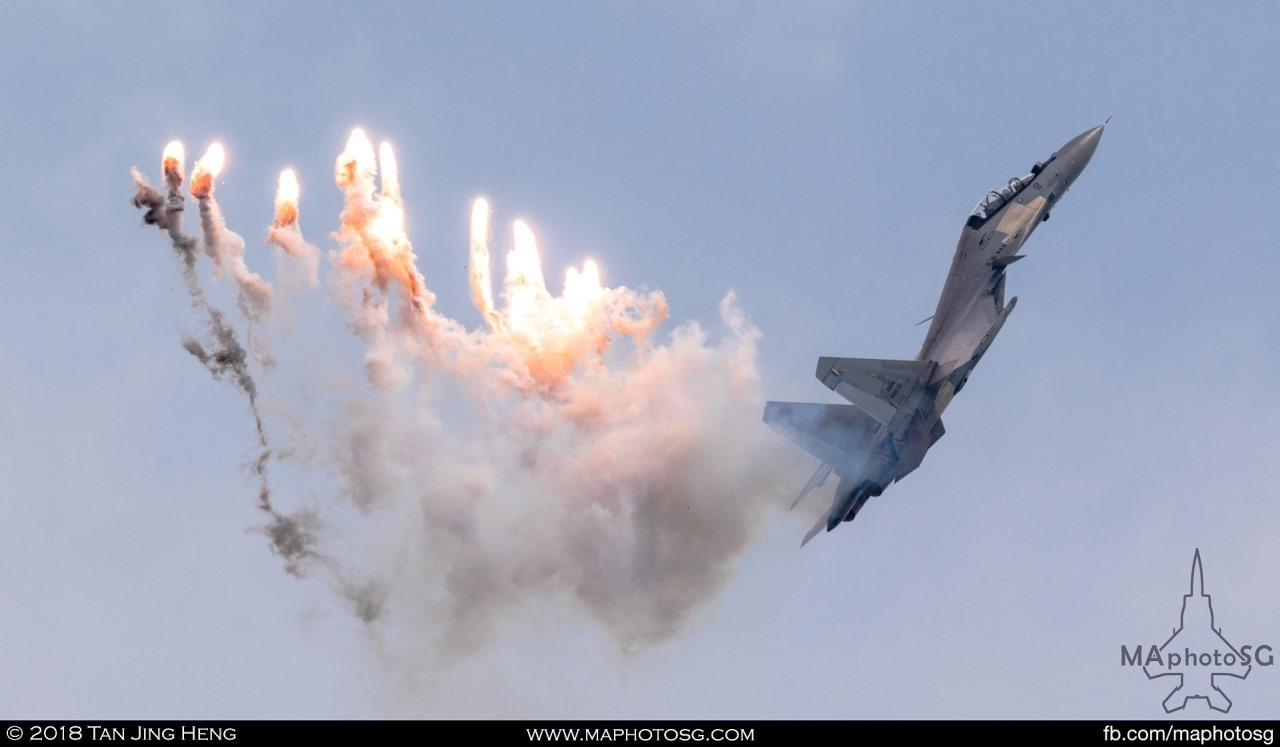 RMAF SU-30MKM deployed multiple flares as it completes it's performance