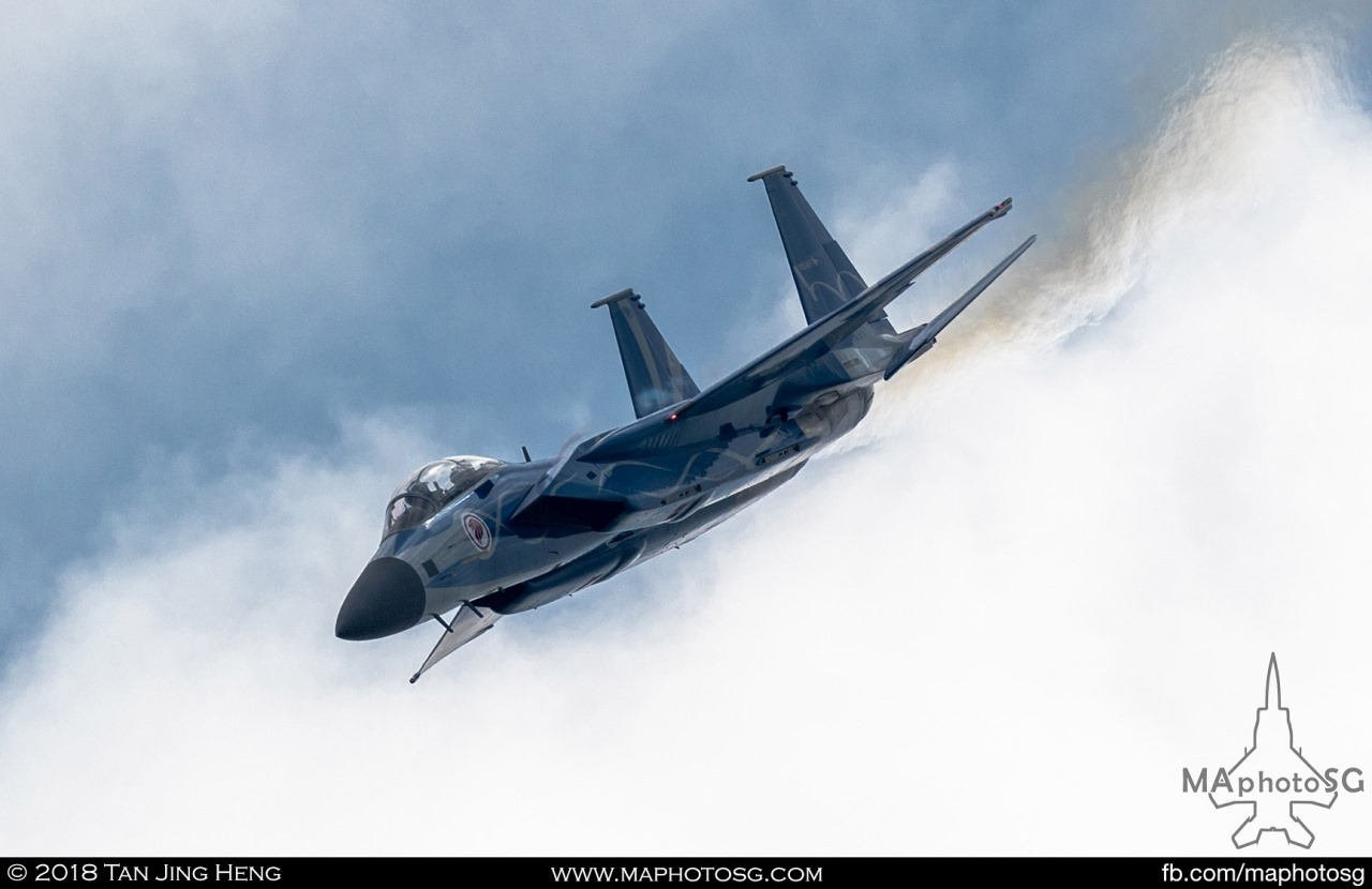 RSAF F-15SG performs the Horizontal 8 manoeuvre