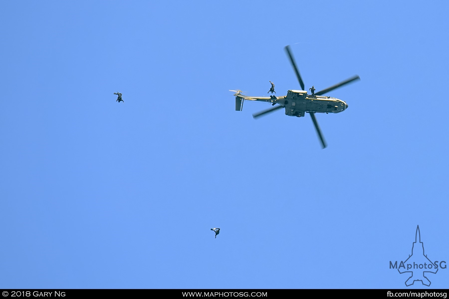 1754 - Navy Divers jumping out of RSAF AS332M Super Puma