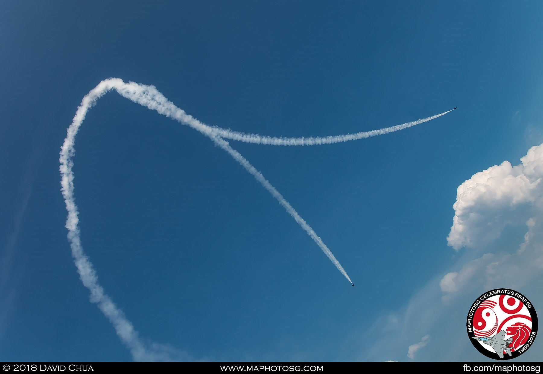 Vertical Split – Trailing smoke. the two F-16Cs pull straight up into the vertical and spilt at show centre and make a 180-degree turn.