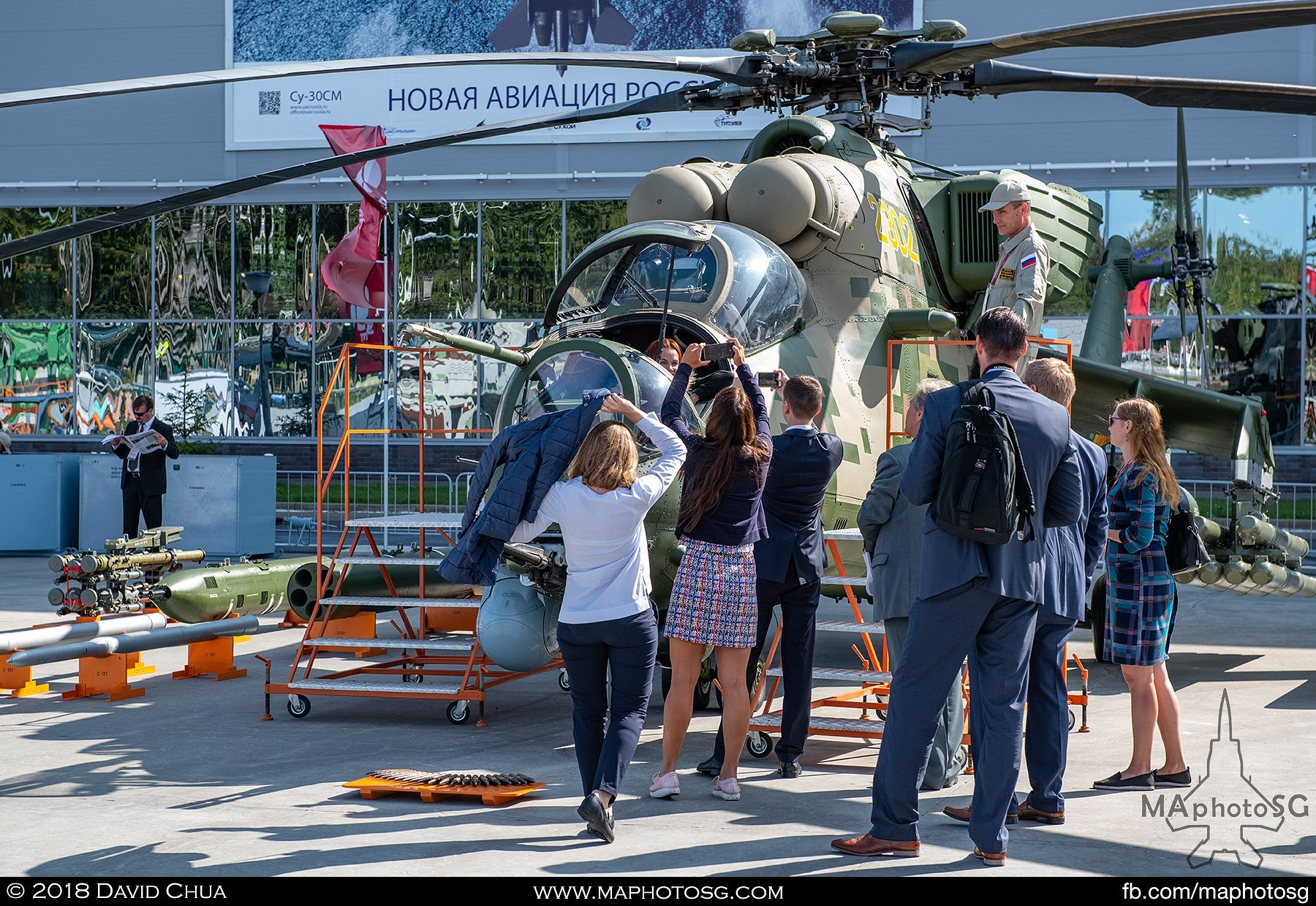 07. Visitors take photos with the Mi-35 Hind